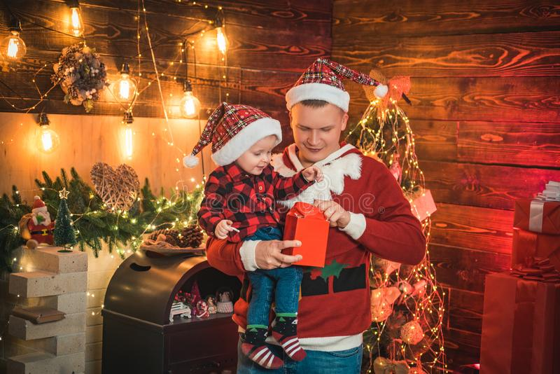 Adore z'n zoon Seizoensvakantie in de magische atmosfeer Fatherhood joy Geniet van elk moment met zijn zoon Wintervakantie royalty-vrije stock afbeelding