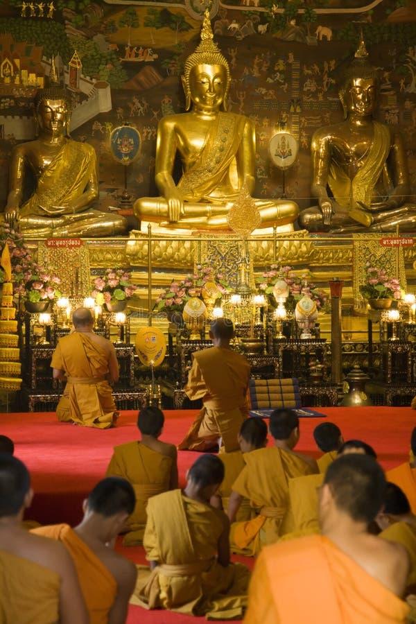 Adorer thaï de moines photo stock