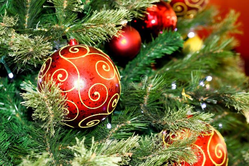 Adornó maravillosamente el sitio de la Navidad, juguetes hermosos de la Navidad foto de archivo
