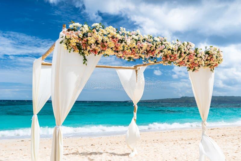 Adornado casandose el arco en la playa de Puka en la isla de Boracay foto de archivo libre de regalías