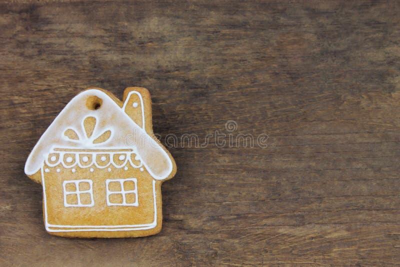 Adornado poca cabaña, pan de jengibre de la Navidad fotos de archivo