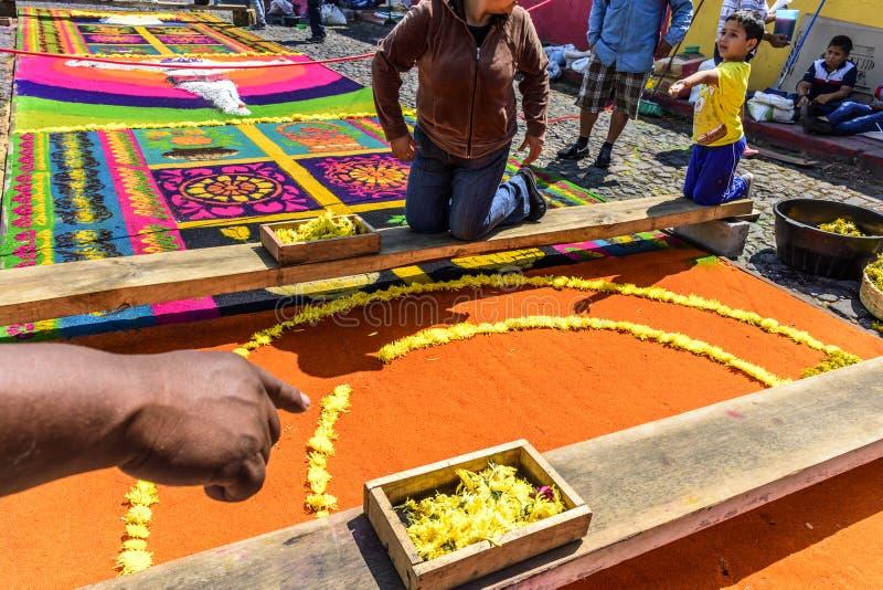 Adornamiento de la alfombra teñida de la procesión de Domingo de Ramos del serrín con las flores, Antigua, Guatemala imágenes de archivo libres de regalías