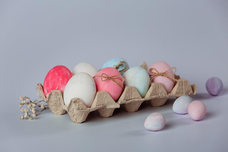 Adornamiento de los huevos Pascua está viniendo pronto imágenes de archivo libres de regalías