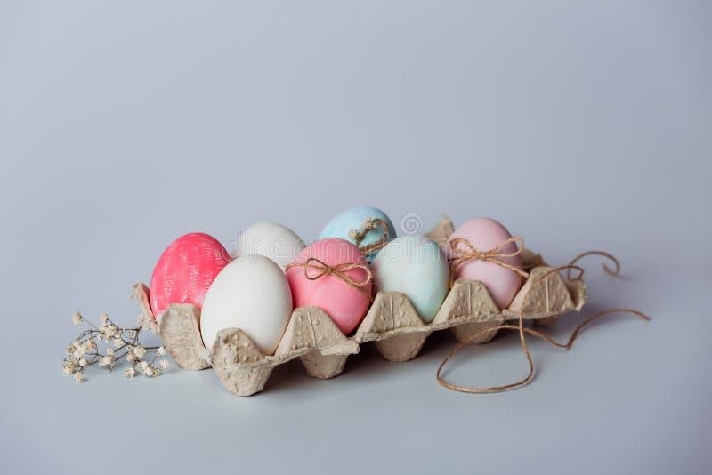 Adornamiento de los huevos Pascua está viniendo pronto imagen de archivo