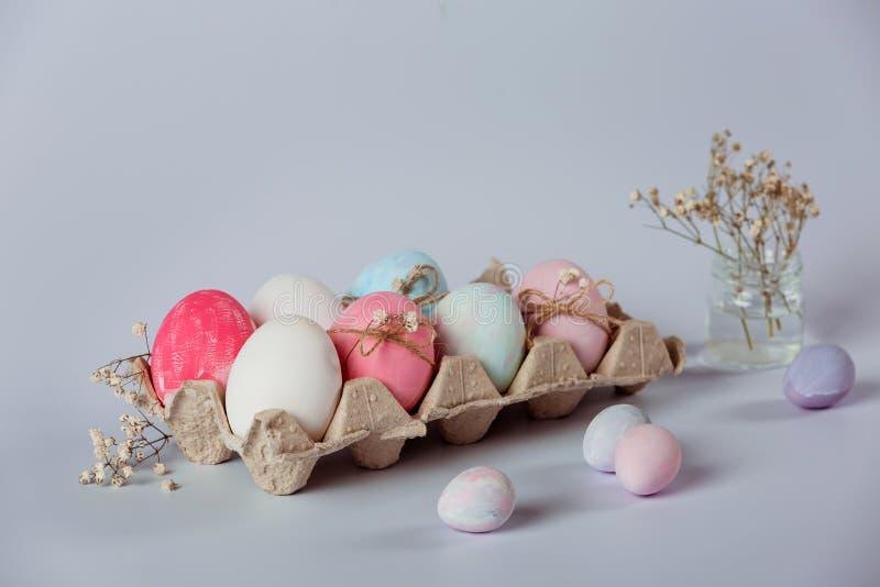 Adornamiento de los huevos Pascua está viniendo pronto fotografía de archivo