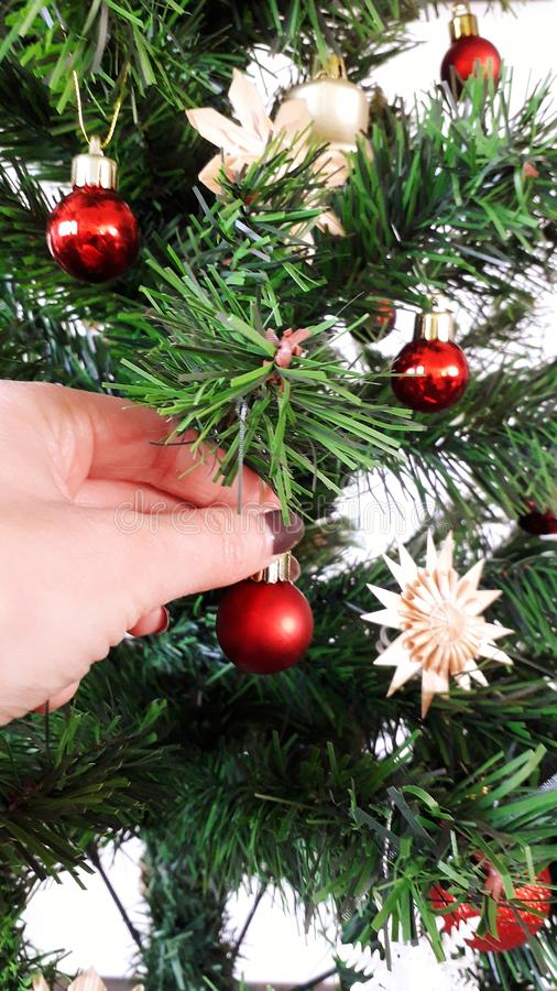 Adornamiento del árbol de navidad fotos de archivo libres de regalías