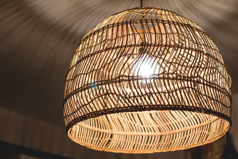 Adornando las l?mparas de la linterna de la ejecuci?n en el mimbre de madera hecho de bamb? fotografía de archivo libre de regalías