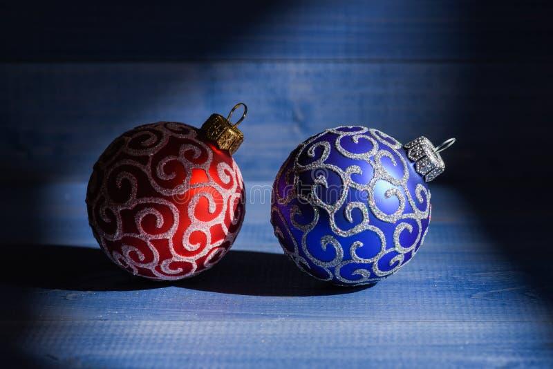Adorne el árbol de navidad con los juguetes tradicionales Símbolo de los días de fiesta del Año Nuevo y de la Navidad Celebre la  fotos de archivo