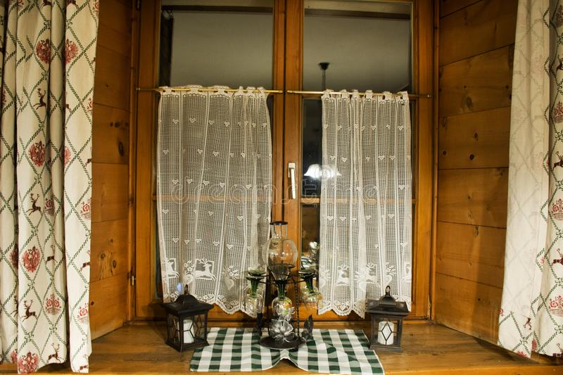 Adorne el interior y la ventana del comedor en el restaurante fotografía de archivo libre de regalías