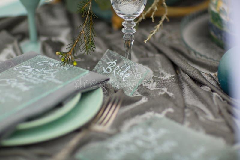 Adorne la placa de la boda con las flores y la nieve del invierno fotos de archivo
