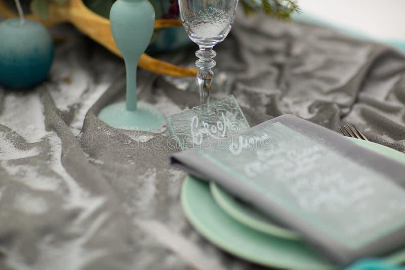 Adorne la placa de la boda con las flores y la nieve del invierno fotografía de archivo