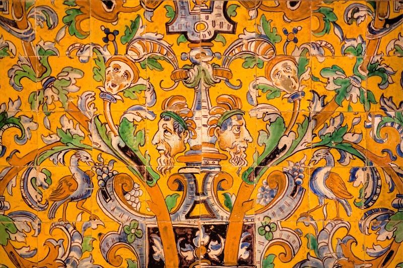 Adornos de la ficción en las baldosas cerámicas coloridas dentro del palacio real del Alcazar del siglo XIV Sevilla imagen de archivo