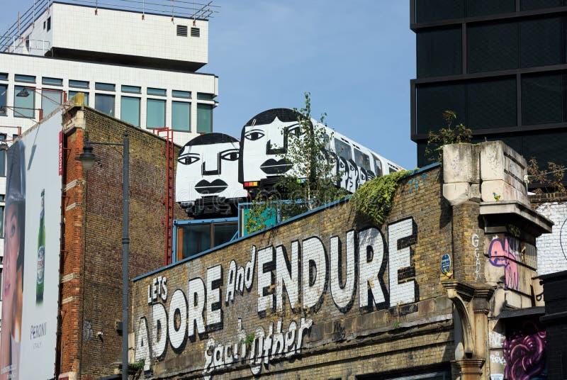 Adoruje Jawnego malowidło ścienne i Znosi Shoreditch, Londyn zdjęcie stock