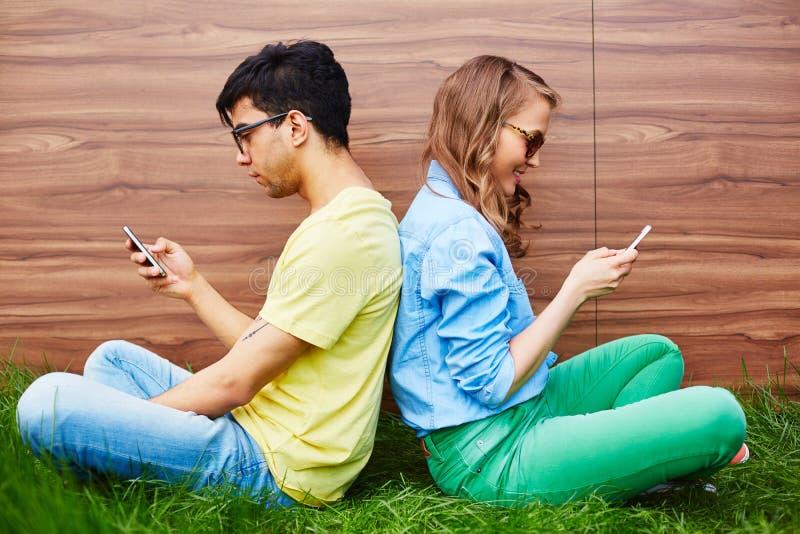 Ados avec des smartphones image libre de droits