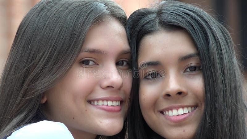 Ados heureux de sourire de personnes photographie stock libre de droits