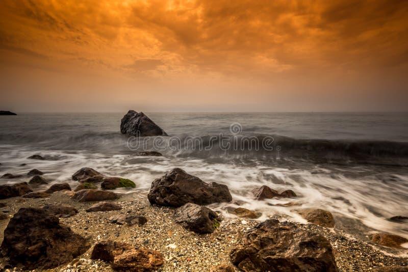 Adoucissez les vagues sur la roche photo stock