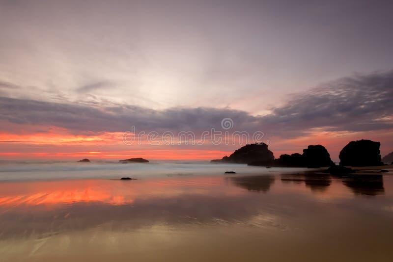 adraga czerwony zachód słońca na plaży zdjęcia stock
