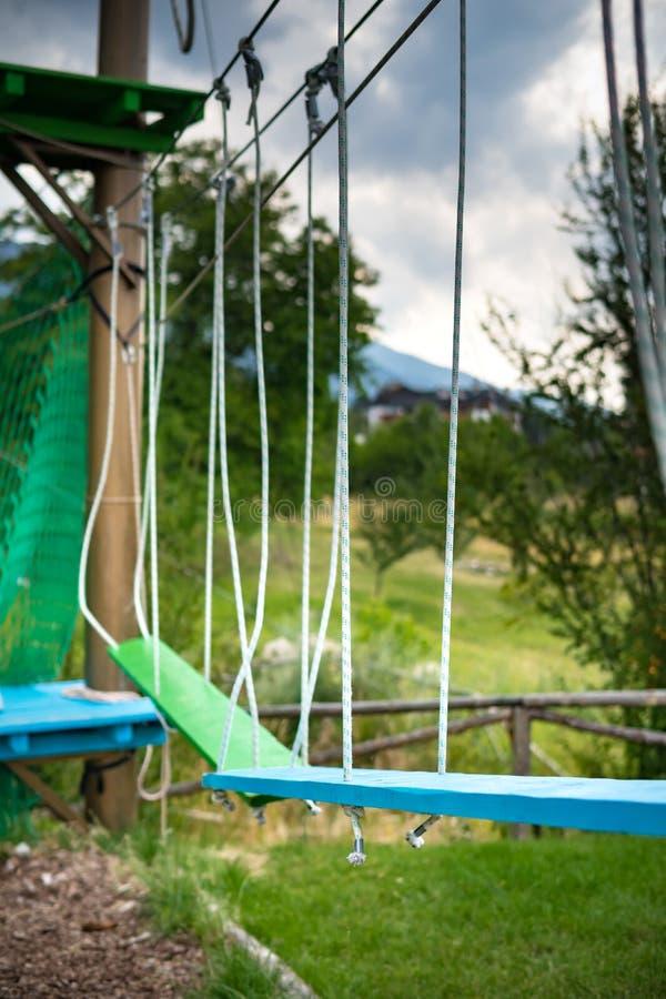 Adrenaline-Tätigkeits-Kletterseilparkhindernisse lizenzfreie stockbilder