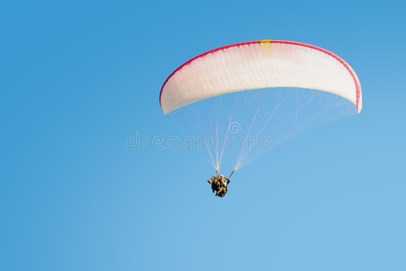 Adrenalineindrukken en van vrijheidsemoties extremal deltaplaning stock foto's