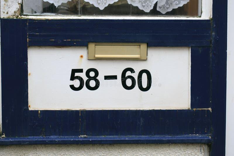 Adresaantal in een houten deur royalty-vrije stock afbeeldingen