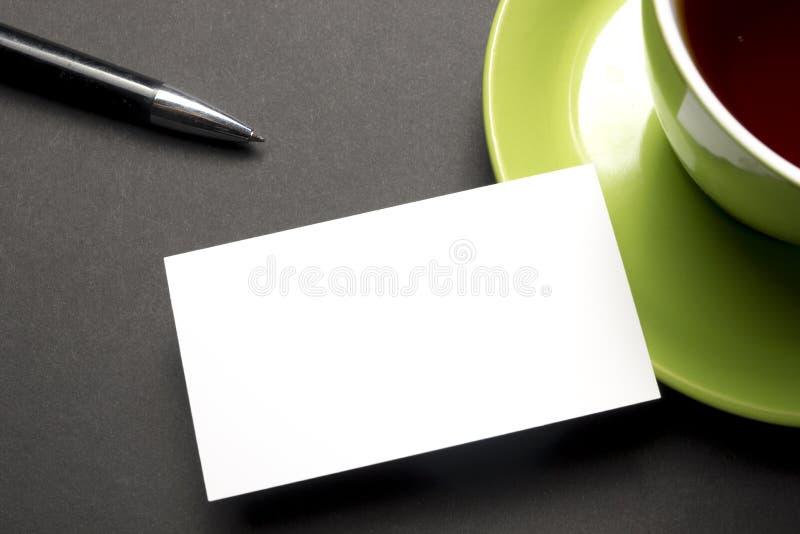 Adreskaartjespatie meer dan koffiekop en pen bij bureaulijst Collectief kantoorbehoeften brandmerkend model royalty-vrije stock afbeeldingen