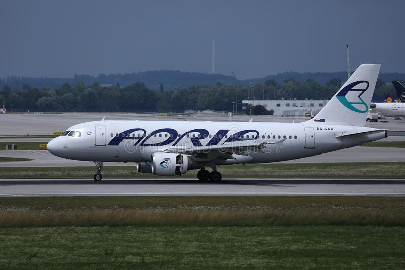 Adria Airways-vliegtuig die op baan taxi?en royalty-vrije stock fotografie