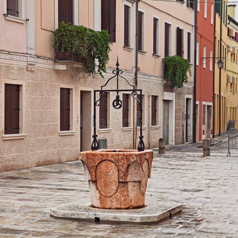 Adria, Rovigo, Veneto, Italië: de oude waterput in oud royalty-vrije stock afbeeldingen