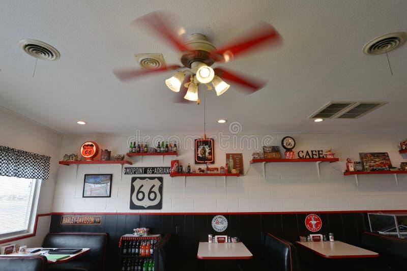 Adrian, Tejas, los E.E.U.U., el 25 de abril de 2017: Café Route 66 del punto mediano foto de archivo libre de regalías
