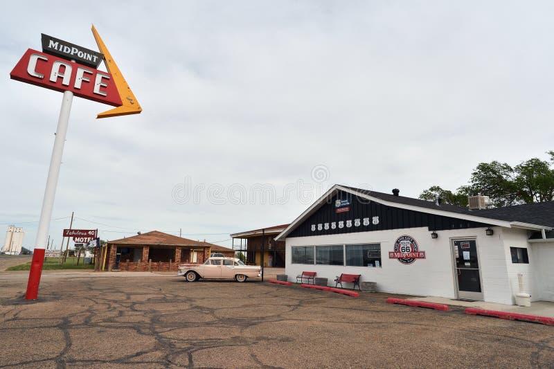Adrian, Texas, EUA, o 25 de abril de 2017: Café Route 66 do ponto médio fotografia de stock royalty free