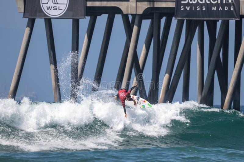 Adriano de Souza surfant dans l'US Open de surfer 2018 photographie stock libre de droits