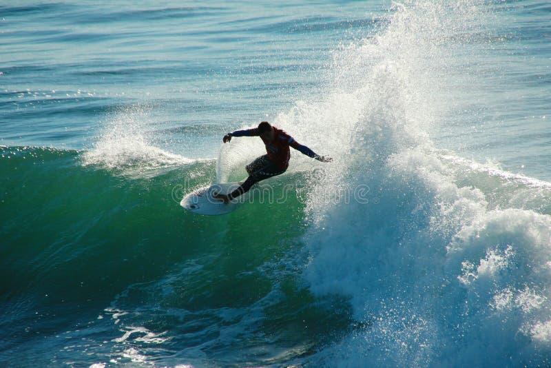 Adriano DeSouza Surfing in Kerstman Cruz Californië royalty-vrije stock afbeeldingen