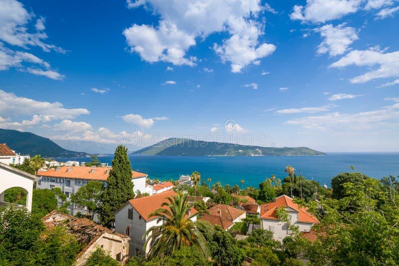 Adriatisch overzees landschap van de stad van Herceg Novi stock foto's