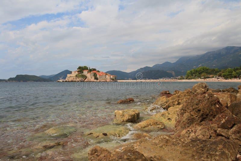 Adriatische Küste mit Ansichten der Insel von Sveti Stefan stockbilder