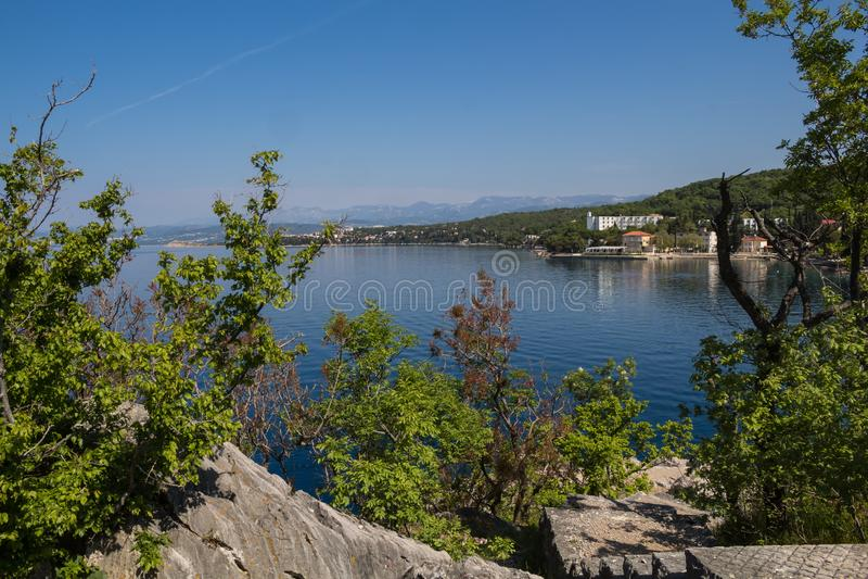 Adriatische overzeese baai in Omisalj, eiland Krk, Kroatië stock foto