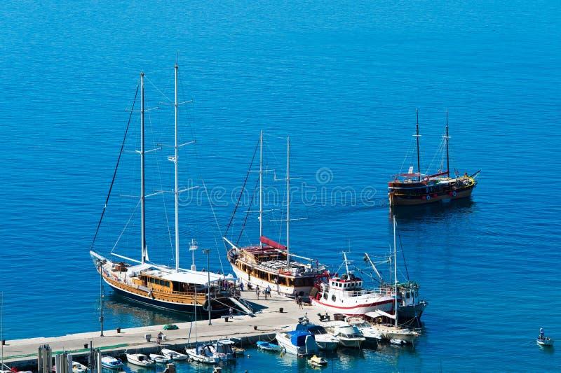Adriatischer Hafen in Omis, Dalmatien, Kroatien stockbilder