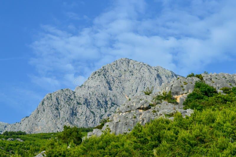 Adriatisches Seeküstenlinienberge auf Straße von Makarska Riviera lizenzfreies stockbild