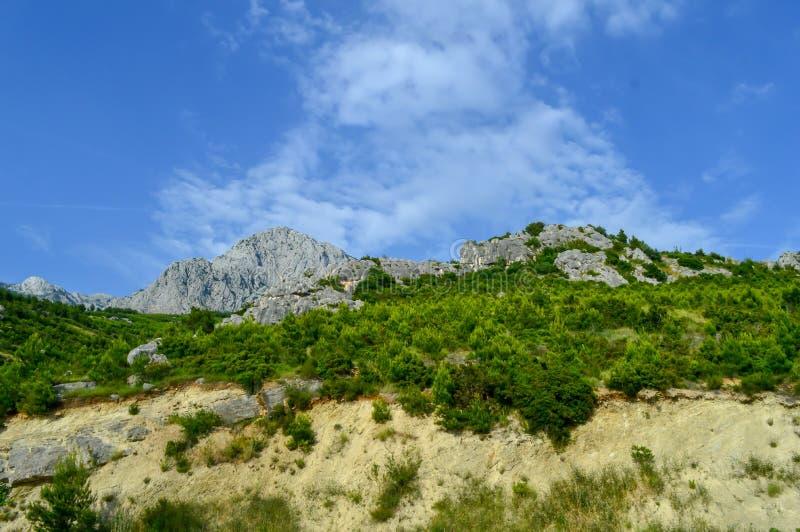Adriatisches Seeküstenlinienberge auf Straße von Makarska Riviera lizenzfreie stockfotografie