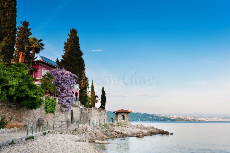 Adriatisches Seeszenische Ansicht. Opatija, Kroatien lizenzfreie stockbilder