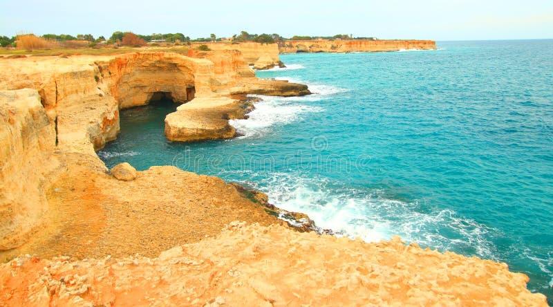 Adriatiska havet kust i Apulia, Italien arkivfoto