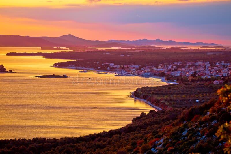 Adriatiska havet stad av Pakostane den flyg- solnedgångsikten royaltyfria bilder