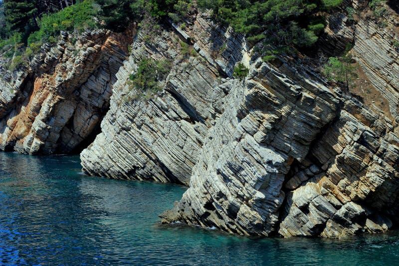 Adriatiskt hav stenig kust, rent himmellandskap av den medelhavs- regionen, Montenegro fotografering för bildbyråer