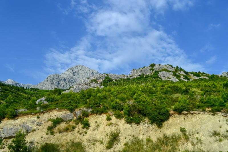 Adriatiskt havkustlinjeberg på vägen av Makarska riviera royaltyfri fotografi