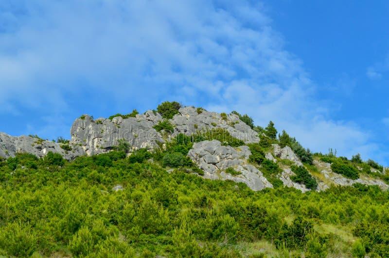 Adriatiskt havkustlinjeberg på vägen av Makarska riviera royaltyfria bilder