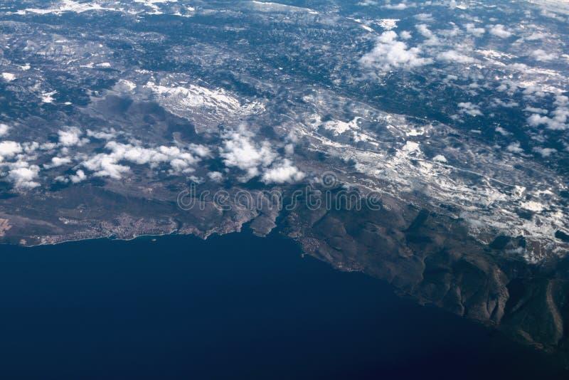 Adriatycki morze i wybrzeże z śnieżystymi górami, powietrzna fotografia Novi-Vinodolski, Povile, Klenovica, Chorwacja zdjęcie stock