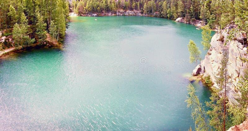2015-07-10 Adrspach, republika czech - szmaragdowy jezioro zamiast poprzedniego piaska in'Adrspasske skaly ekstrakcyjnego regionu zdjęcie stock