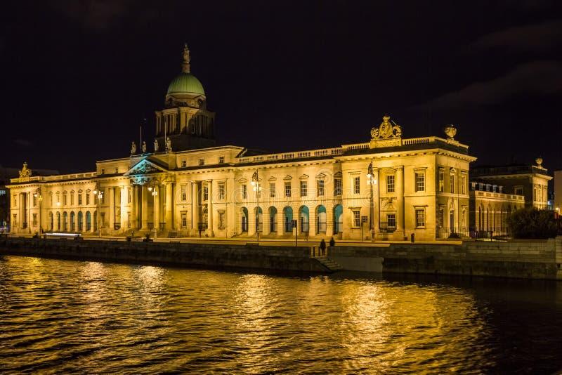Aduanas en la noche dublín irlanda imagen de archivo libre de regalías
