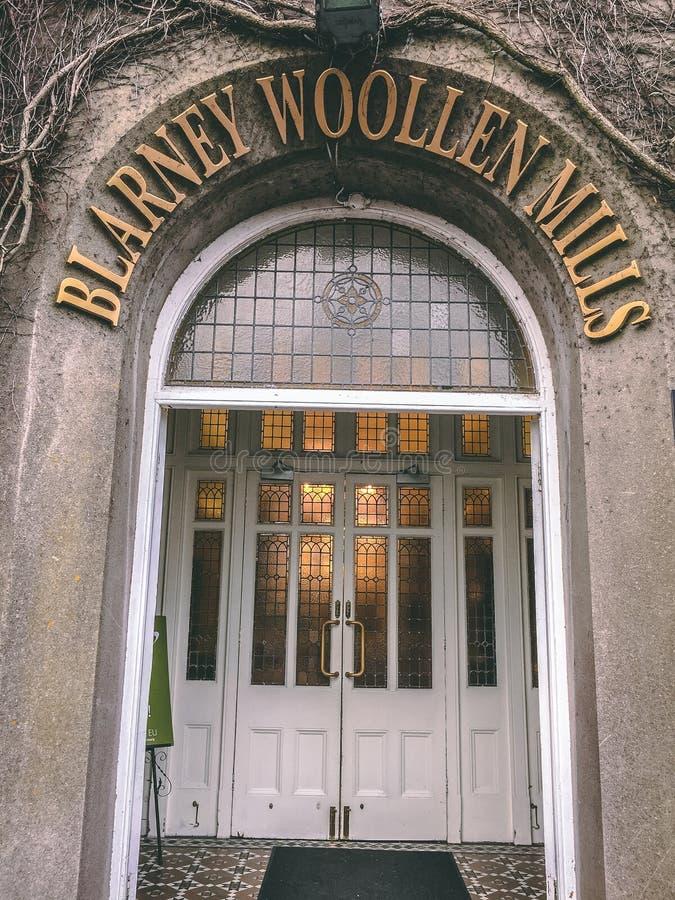 Adular os moinhos de lã, construídos em 1823, seja uma loja irlandesa da herança, situada na vila Blarney fotos de stock