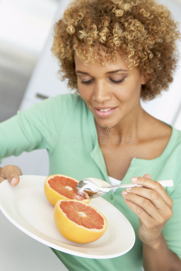 adult eating fresh grapefruit mid woman στοκ φωτογραφίες