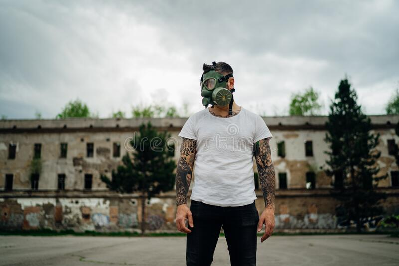 Adulte affecté par le COVID-19, portant un masque de protection à gaz en vol MC1 Stress psychologique lié aux maladies infectieus image stock