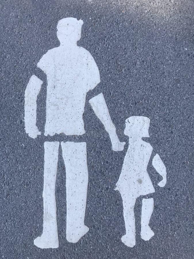 Adulte avec l'enfant peint sur l'asphalte photo libre de droits